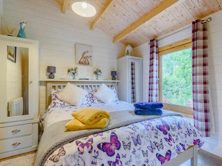 Alverstone Ponds Hobbits Landing Lodge bedroom