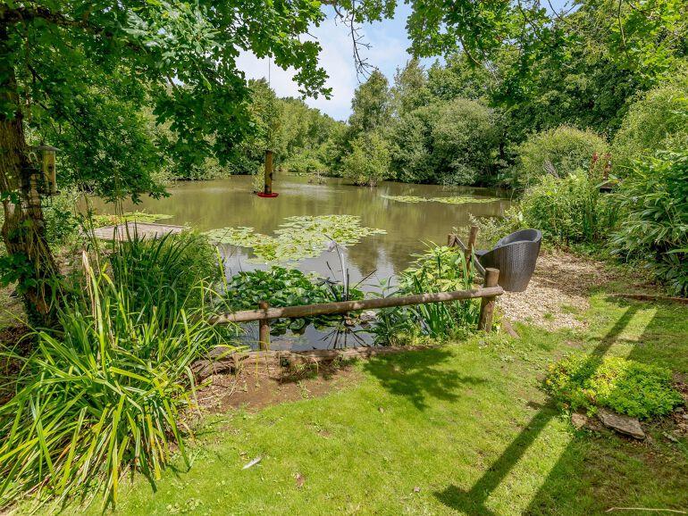 Alverstone Ponds Hobbits Landing Lodge outdoor 2