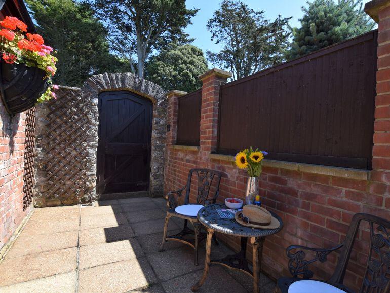 Fowlsdown Barn End courtyard