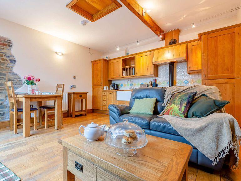 Wren Barn Lakes lounge 1